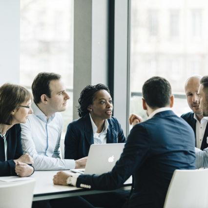 Studierende des berufsbegleitenden MBA-Programms der HHL tauschen sich über ihre unterschiedlichen Erfahrungen und Hintergründe aus.