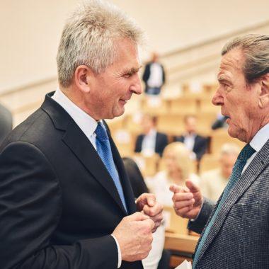 Prof. Andreas Pinkwart, Staatsminister für Wirtschaft, Innovation, Digitalisierung und Energie des Landes Nordrhein-Westfalen und Gerhard Schröder