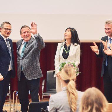 Stephan Stubner, Gerhard Schröder, Soyeon Schröder-Kim, Andreas Pinkwart und Marcus Kölling bei der Leipzig Leadership Lecture.