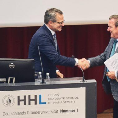 HHL-Rektor Stephan Stubner übergibt das Wort an Gerhard Schröder.