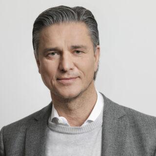 The picture shows a portrait of the Cfo Lutz Meschke
